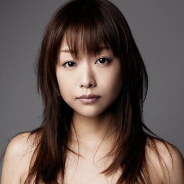じっと真剣な表情で見つめる椎名法子